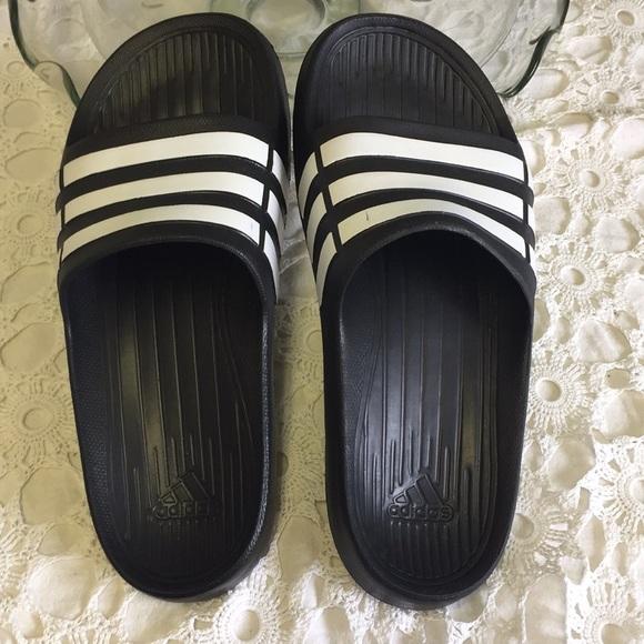 Le adidas bambini dimensioni 6 nwot nero con strisce bianche poshmark